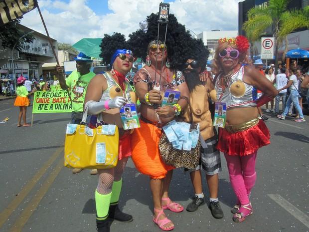 Amigos se vestiram de Maria Lava-Jato em desfile do Pacotão, no Distrito Federal (Foto: Jéssica Nascimento/G1)
