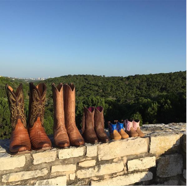 A foto com os cinco pares de botas publicadas por Jensen Ackles (Foto: Instagram)