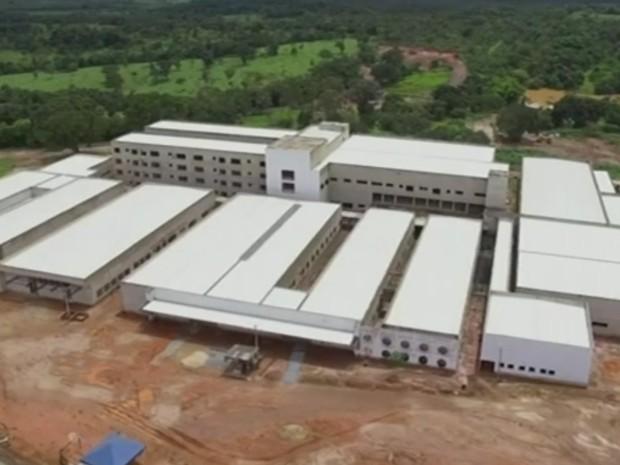 Hospital deveria ter sido entregue em 2014 em Uruaçu, Goiás, mas segue sem funcionar (Foto: Reprodução/TV Anhanguera)