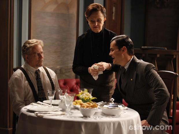 Manfred, Venceslau e Gertrude almoçam juntos (Foto: Pedro Curi/ Tv Globo)