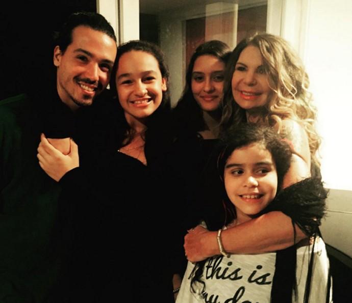 Elba Ramalho posa para foto com os filhos (Foto: Arquivo pessoal)