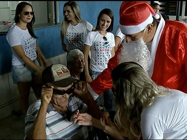 Idoso comemora a chegada dos óculos que havia pedido (Foto: Reprodução/TV Anhanguera)