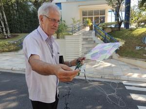 Odair Costa segura pipa que caiu na sede da Tv Diário de Mogi das Cruzes (SP). O aposentado faz camapnhas contra o cerol há 11 anos em Suzano (SP) (Foto: Willian Almeida / G1)