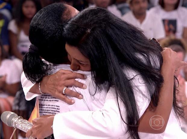 Regina Casé e a Maria de Fátima, mãe de DG, choraram e se abraçaram na abertura do programa (Foto: Tv Globo / Reprodução)