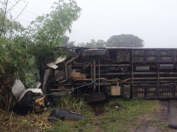 Acidente na BR-101, trecho de Itabuna, na região sul da Bahia (Foto: Valeska Lippel/TV Santa Cruz)