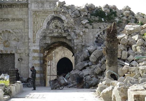 Mesquita destruída em Alepo - suas ruas, vielas e mercados estão destruídas (Foto: Jorge Fuentelsaz/EFE)