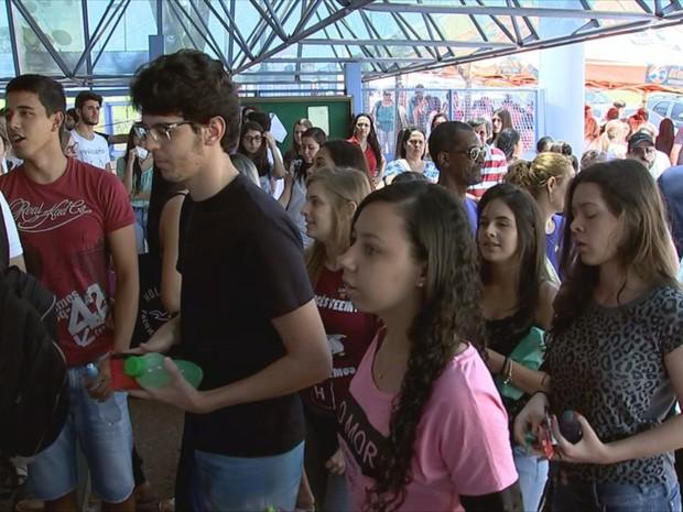 Estudantes na entrada para fazer a prova em Rio Preto (Foto: Reprodução/TV TEM)