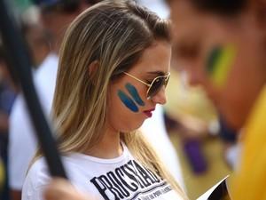 Manifestante participa de ato em Copacabana com o rosto pintado (Foto: Rodrigo Gorosito/G1)