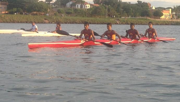 Canoístas do Tocantins treinam no lago, em Porto Nacional (Foto: Vilma Nascimento/GLOBOESPORTE.COM)