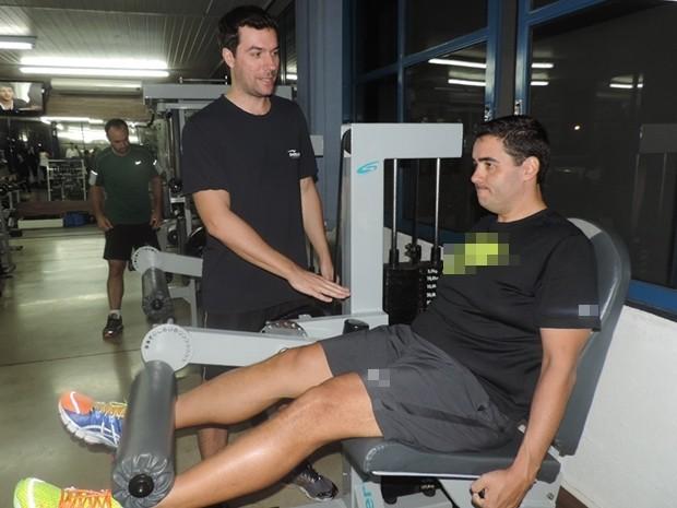 Fábio durante treino em academia: exercícios e reeducação alimentar (Foto: Marcos Lavezo/G1)