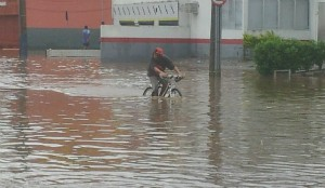Chuva causou alagamento na capital (Foto: Osvaldo Sagaz/CBN Diário)