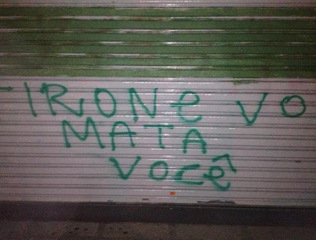 Torcida do Palmeiras faz pixação com ameaça de morte a Tirone (Foto: Felipe Zito/Globoesporte.com)