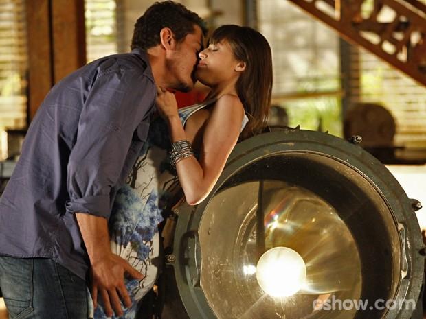 Giselle e Murilo são pegos em momento quente (Foto: Inácio Moraes/ TV Globo)