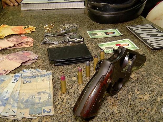 PM apreendeu arma e dinheiro com a dupla (Foto: Reprodução/Inter TV Cabugi)