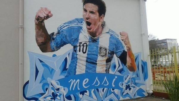 Messi ganha pintura no muro de antiga escola em Rosário