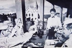 Garçon natalense servindo os americanos (Foto: Acervo Fundação Rampa)