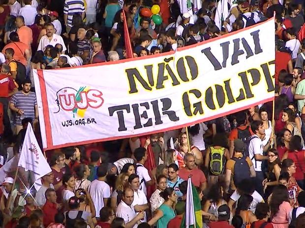 Ato pró-governo Dilma chega a Praça da Estação, em Belo Horizonte. Segundo organização, 60 mil pessoas participam da manifestação; PM fala em 5 mil (Foto: Reprodução/TV Globo)