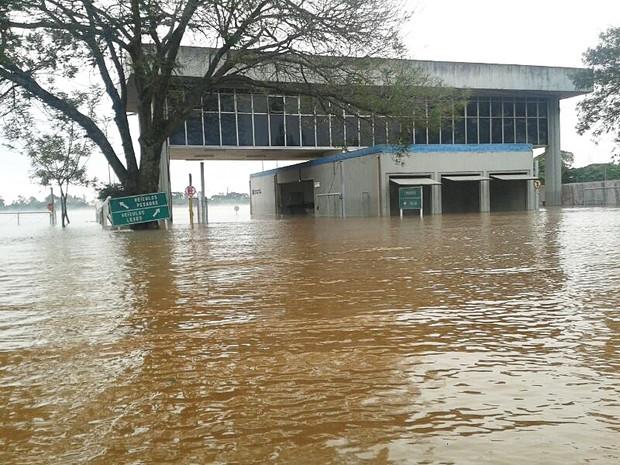 Cerca de 200 pessoas tiveram de deixar suas casas em Itaqui (Foto: Reprodução/RBS TV)