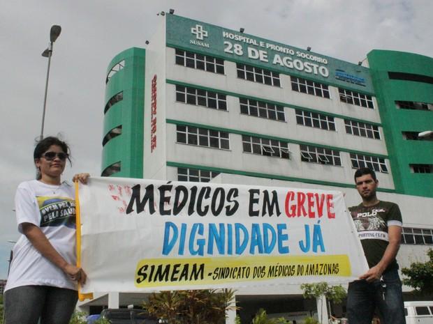 Profissionais e estudantes pediram melhorias em segundo dia de greve  (Foto: Camila Henriques/G1 AM)