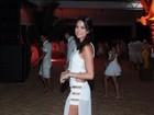 Thaila Ayala aposta em look sensual para virada do ano na Bahia