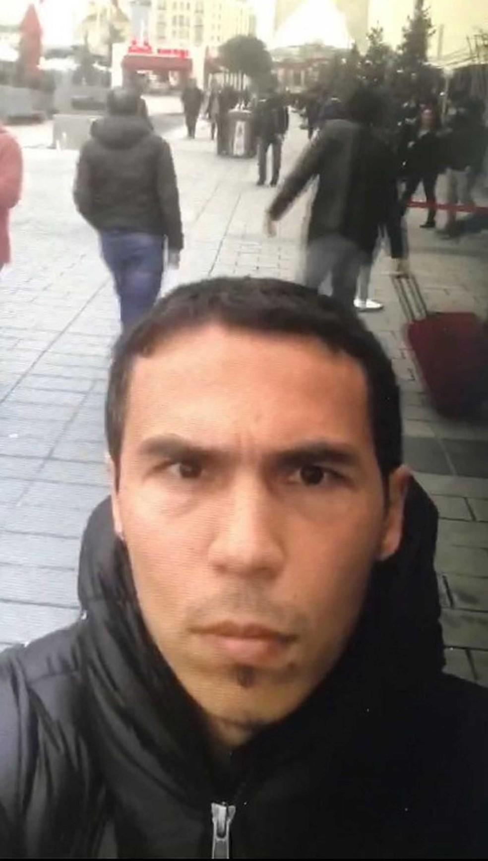 Polícia turca divulgou a foto do principal suspeito de ter atacado a boate Reina, em Istambul, na madrugada de domingo (1º).  (Foto: Dogan News Agency / AFP)