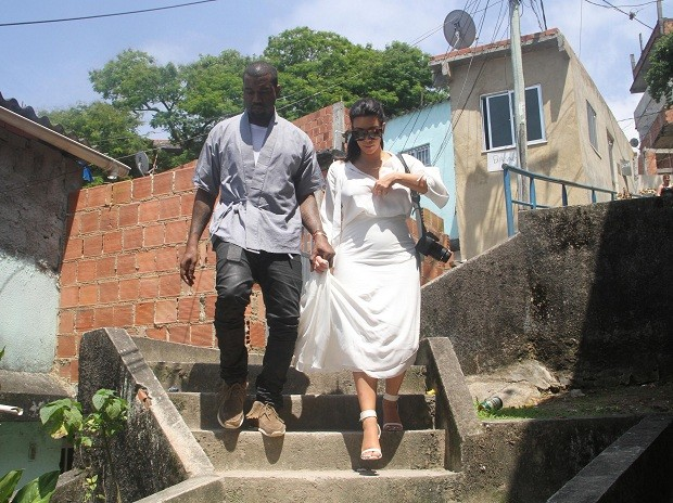 Kim Kardashian e Kanye West passeiam pela favela do Vidigal, no Rio (Foto: XANDE NOLASCO/ESTADÃO CONTEÚDO)