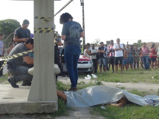 Jovem foi assassinada a tiros enquanto aguardava no ponto de ônibus (Foto: Lucas Leite/G1)