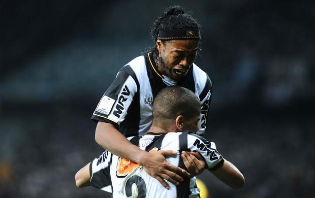 Leonardo Silva e Ronaldinho, Atlético-MG x Olimpia (Foto: Marcos Ribolli)