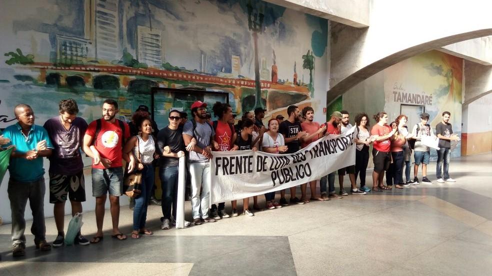 Integrantes da Frente de Luta pelo Transporte Público bloqueia entrada de sala de reuniões no Centro de Convenções, em Olinda (Foto: Marina Meireles/G1)