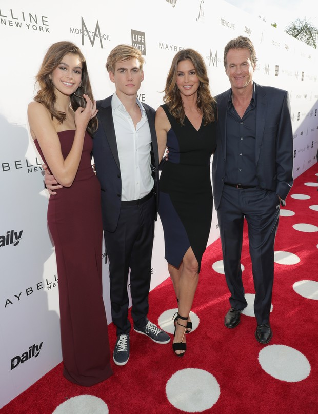 Kaia Gerber, Presley Gerber, Cindy Crawford e Rande Gerber no Los Angeles Fashion Awards (Foto: AFP)