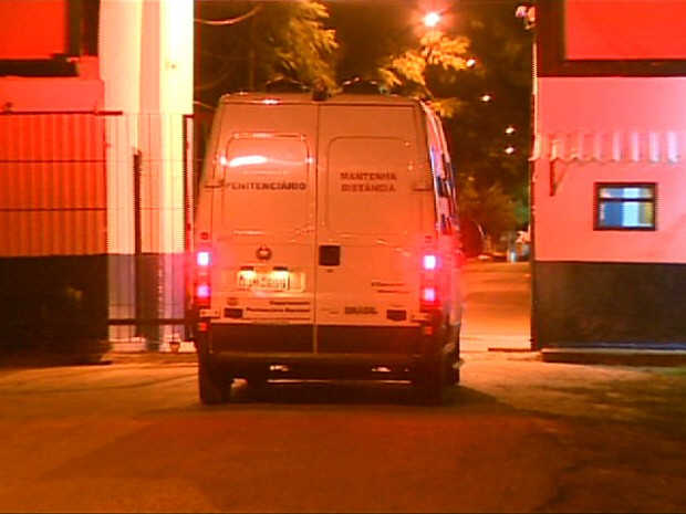 Veículo da SAP chegando à P2 de Tremembé na noite desta sexta-feira (22). (Foto: Reprodução/TV Vanguarda)