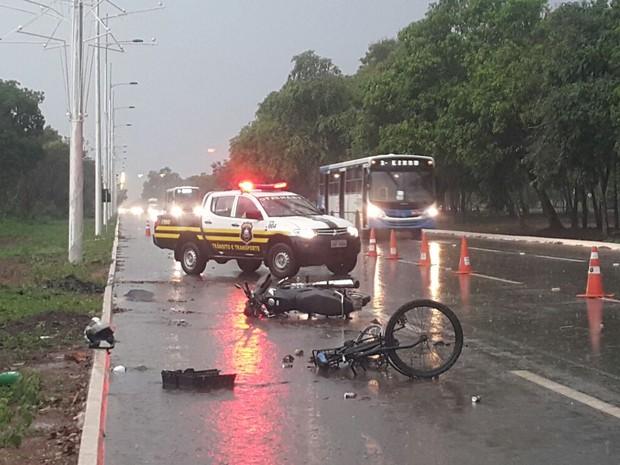 Acidente deixa duas pessoas gravemente feridas na avenida Thetônio Segurado em Palmas (Foto: Rachel Lemos/TV Anhanguera)
