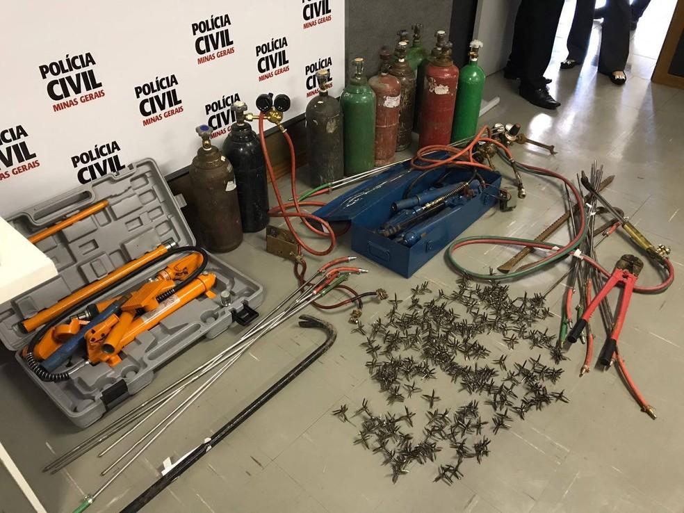Objetos usados para praticar crimes foram apreendidos com os suspeitos (Foto: Luis Corvini/G1)