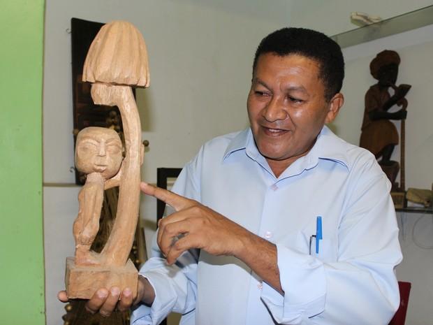José Luiz mostra projeto de uma escultura do Cabeça de Cuia (Foto: Catarina Costa/G1)