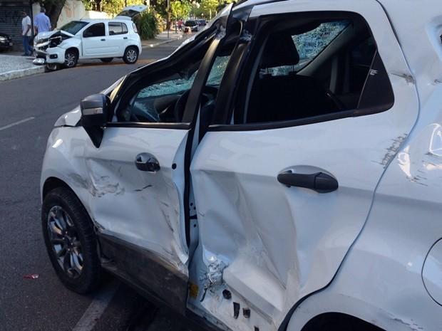 No bairro de Manaíra, duas pessoas ficaram feridas em um acidente entre dois veículos (Foto: Walter Paparazzo/G1)