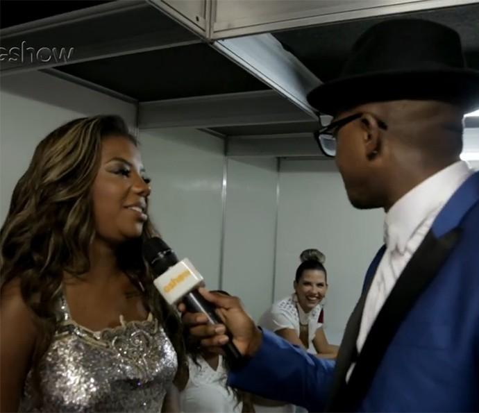 Ludmilla é entrevistada por Mumuzinho nos bastidores dos Show da Virada (Foto: Gshow)