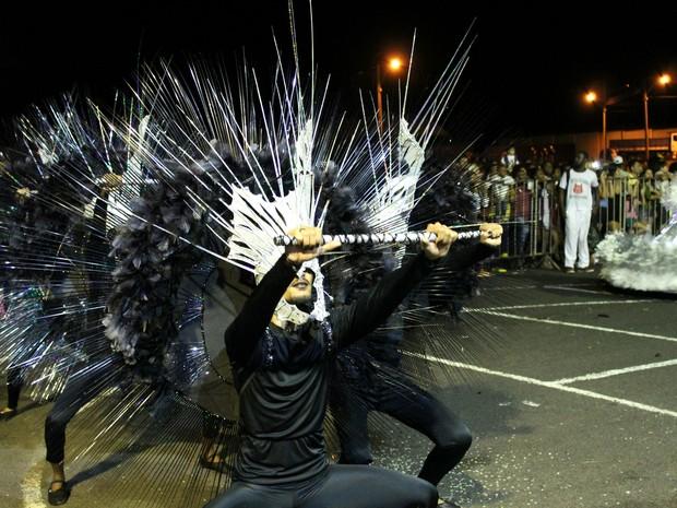 Garras de Águia foi a primeira escola de samba a entrar na passarela em Uberlândia (Foto: Caroline Aleixo/G1)