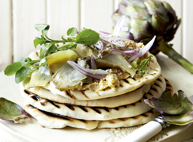 Alcachofras marinadas com homus no pão pita (Foto: StockFood/Great Stock)