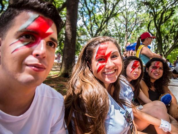 Foliões se divertem com o desfile do bloco de Carnaval Tô de Bowie, nesta tarde de terca-feira (9), na Praça Princesa Isabel, no Centro de São Paulo (Foto: Cris Faga/Fox Press Photo/Estadão Conteúdo)