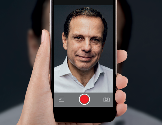 GESTÃO COMPARTILHADA João Doria Jr., prefeito de São Paulo, em pessoa e em um celular. Em três meses na prefeitura, ele tuitou 290 vezes (Foto: Montagem sobre fotos de: Filipe Redondo/ÉPOCA)