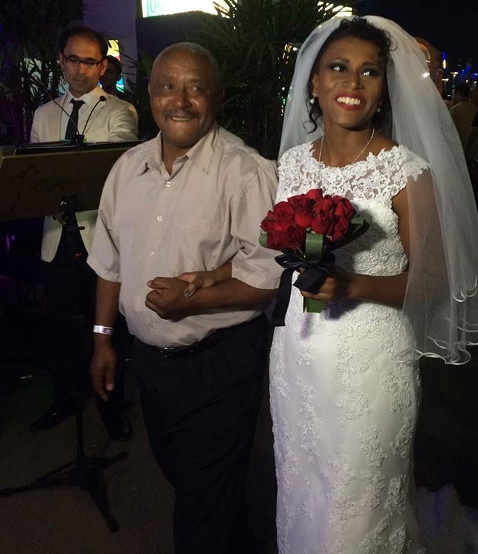 Emocionada, a noiva chega acompanhada do pai (Foto: Fernanda Almeida/Gshow)