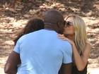 Heidi Klum e Seal passeiam com os filhos e trocam beijo no rosto