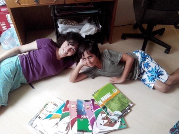 Erika Busani, que criou o Escambo Escolar, e o filho de 11 anos (Foto: Arquivo pessoal)