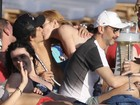 Lindsay Lohan troca beijos em dia de praia com o noivo na Grécia