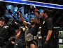 Sob chuva de vaias, Woodley frustra Demian e mantém título no UFC 214