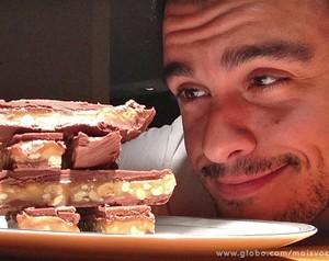 Joaquim Lopes admira sua barrinha de chocolate caseira (Foto: Mais Você / TV Globo)