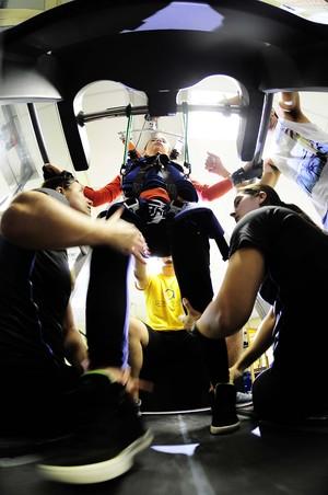 Lais Souza na fisioterapia (Foto: Marcos Ribolli)
