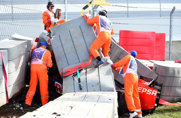 STR de Carlos Sainz Jr. ficou cravada na barreira de proteção em forte acidente no 3º treino livre para o GP da Rússia (Foto: Getty Images)