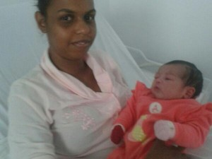 Mãe e filha foram levadas para hospital após o parto (Foto: arquivo pessoal/Mônica Cristina Rezende)