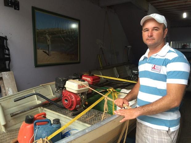 Rodrigo Nunes Freire em frente ao barco que tem na garagem de sua casa  (Foto: Flávia Mantovani/G1)